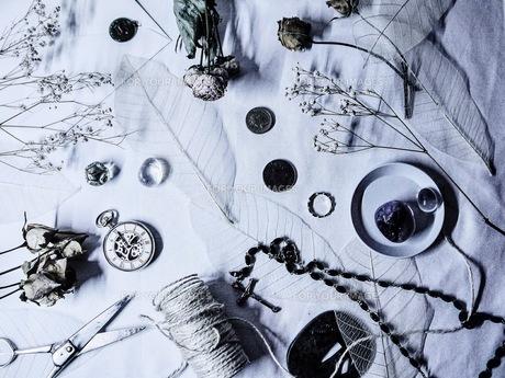 アンティークな小物のあるテーブルの写真素材 [FYI00258192]