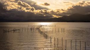 琵琶湖の夕暮れと湖面の輝きの素材 [FYI00258193]