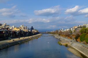 京都市内を流れる鴨川の様子の写真素材 [FYI00258195]