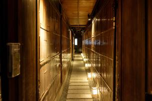 夜の京都の裏路地の写真素材 [FYI00258199]