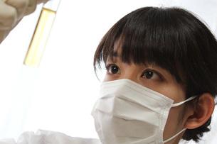 実験 若い女性の写真素材 [FYI00259251]