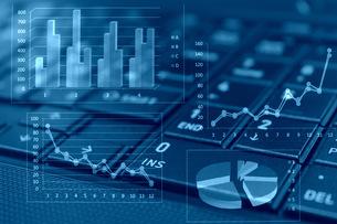 ビジネスイメージ グラフとラップトップの写真素材 [FYI00259281]