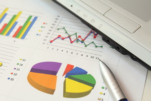 ビジネスイメージ グラフとラップトップの写真素材 [FYI00259299]