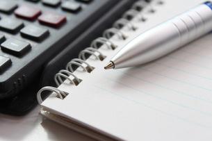 ビジネスイメージ 手帳とペンの写真素材 [FYI00259312]