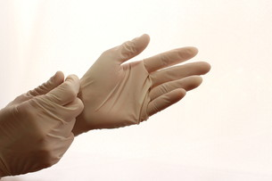 手袋をつけるの写真素材 [FYI00259341]
