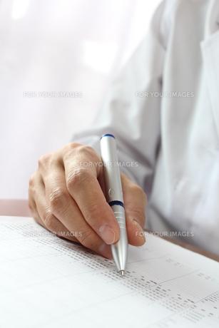 医師がカルテを書く様子の素材 [FYI00259351]