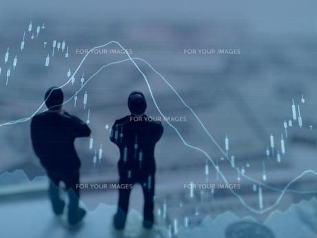 チャートを見て考えるビジネスマンの素材 [FYI00259376]
