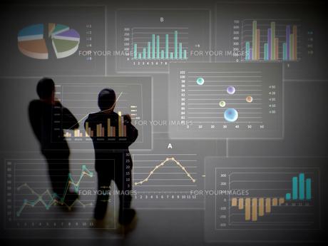 グラフを見て考えるビジネスマンの素材 [FYI00259377]