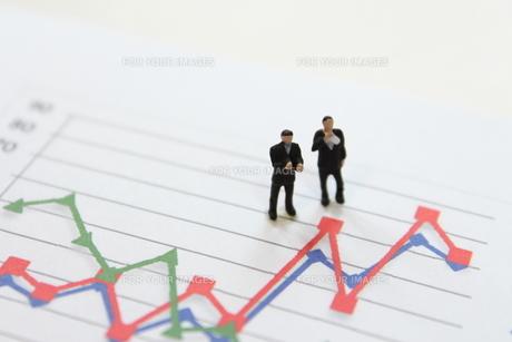 グラフを見て考えるビジネスマンの素材 [FYI00259379]