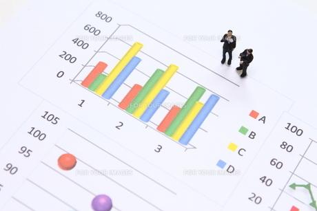 グラフを見て考えるビジネスマンの素材 [FYI00259381]