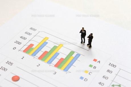 グラフを見て考えるビジネスマンの素材 [FYI00259382]