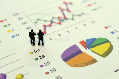 グラフを見て考えるビジネスマンの素材 [FYI00259385]