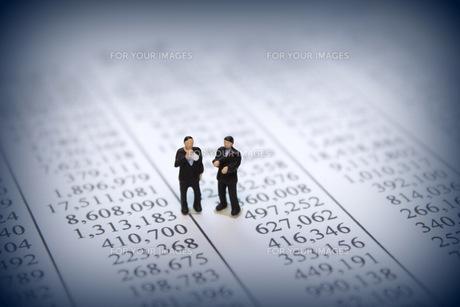 グラフを見て考えるビジネスマンの素材 [FYI00259386]