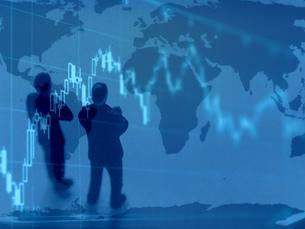 チャートを見て考えるビジネスマンの素材 [FYI00259389]