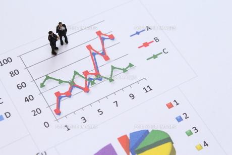 グラフを見て考えるビジネスマンの素材 [FYI00259391]