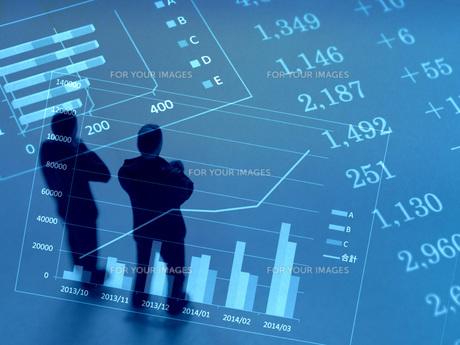グラフを見て考えるビジネスマンの素材 [FYI00259392]