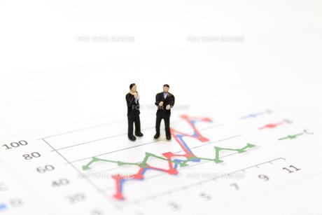 グラフを見て考えるビジネスマンの素材 [FYI00259393]