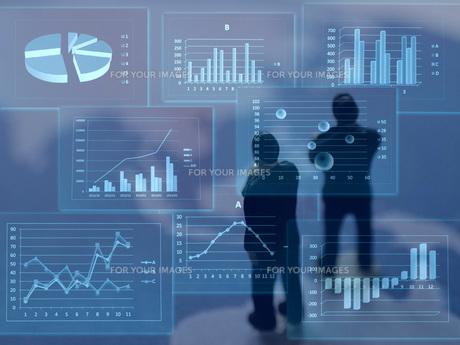 グラフを見て考えるビジネスマンの素材 [FYI00259396]