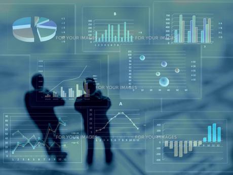 グラフを見て考えるビジネスマンの素材 [FYI00259400]