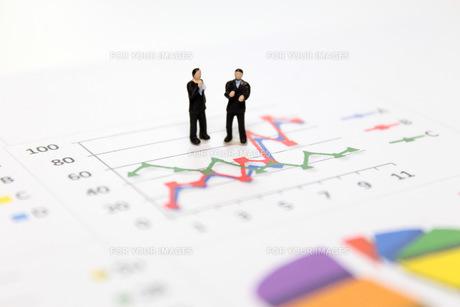 グラフを見て考えるビジネスマンの素材 [FYI00259411]