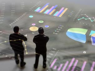 グラフを見て考えるビジネスマンの写真素材 [FYI00259453]
