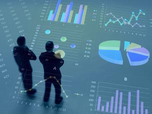 グラフを見て考えるビジネスマンの写真素材 [FYI00259460]