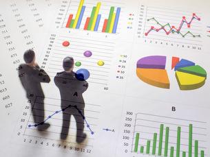 グラフを見て考えるビジネスマンの写真素材 [FYI00259465]