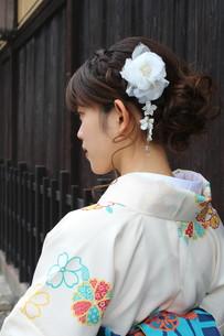 桜と着物姿の女性の写真素材 [FYI00259470]