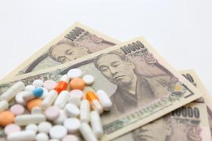 大量の飲み薬とお金の素材 [FYI00259492]