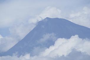 雲に覆われる富士山の写真素材 [FYI00259669]