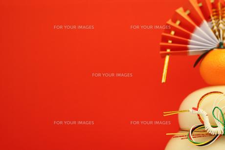 鏡餅と赤い背景の写真素材 [FYI00259728]