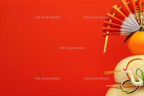 鏡餅と赤い背景の写真素材 [FYI00259741]