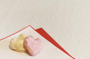 紅白のハート型のおかきの写真素材 [FYI00259757]
