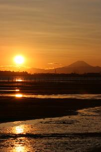 船橋三番瀬から見た夕暮れの富士山の写真素材 [FYI00259769]
