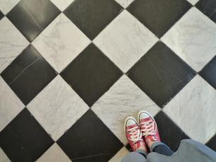 赤い靴とチェックの床の写真素材 [FYI00259821]
