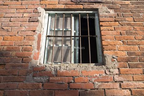 鉄格子の窓の素材 [FYI00259869]