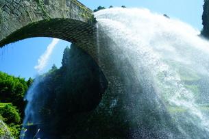 熊本県山都町の通潤橋放水の写真素材 [FYI00259992]