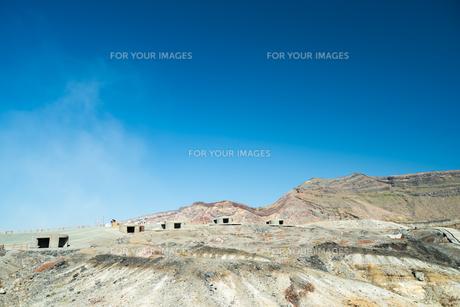 晴天の下の阿蘇山 噴石避難シェルターの写真素材 [FYI00260180]