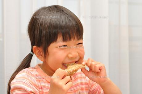 手羽先を食べる女の子の写真素材 [FYI00260600]