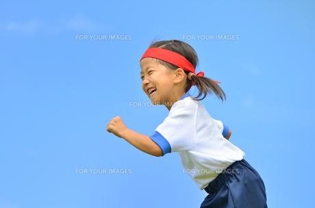 青空で走る女の子(体操服)の写真素材 [FYI00260638]