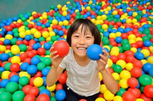 ボールプールで遊ぶ女の子の素材 [FYI00260676]