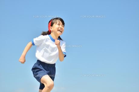 青空で走る女の子の写真素材 [FYI00260677]