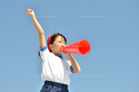 青空で応援する女の子(体操服、メガホン)の素材 [FYI00260683]