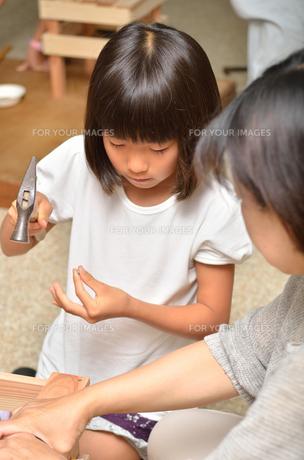木工を楽しむ親子の写真素材 [FYI00260714]