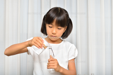 理科の実験をする女の子の写真素材 [FYI00260729]