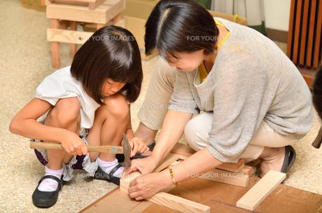 木工を楽しむ親子の写真素材 [FYI00260731]
