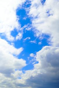 雲間にぽっかり青空 縦構図の写真素材 [FYI00261169]