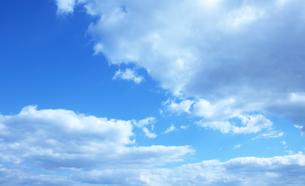 雲間から広がる青空の写真素材 [FYI00261173]