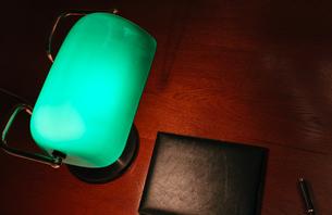 木製デスクとバンカーズ・ランプ(バンカーズ・ライト)の写真素材 [FYI00261179]