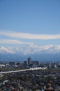 北陸新幹線と立山連邦の写真素材 [FYI00261216]